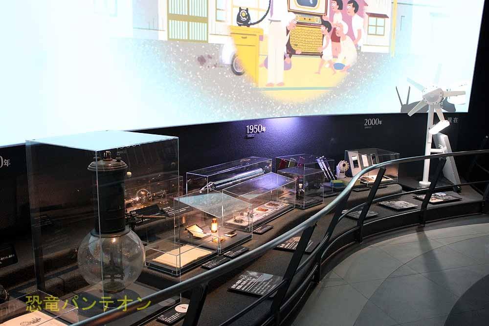 人類史最後にはスマホや太陽光発電が展示されています。