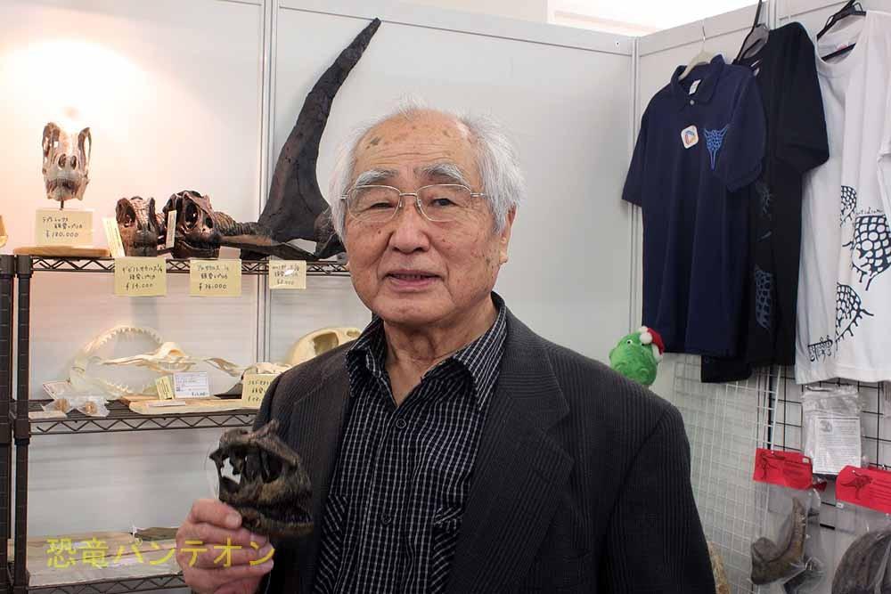 パレオサイエンス 恐竜レプリカを持つ長谷川善和先生、お元気です。