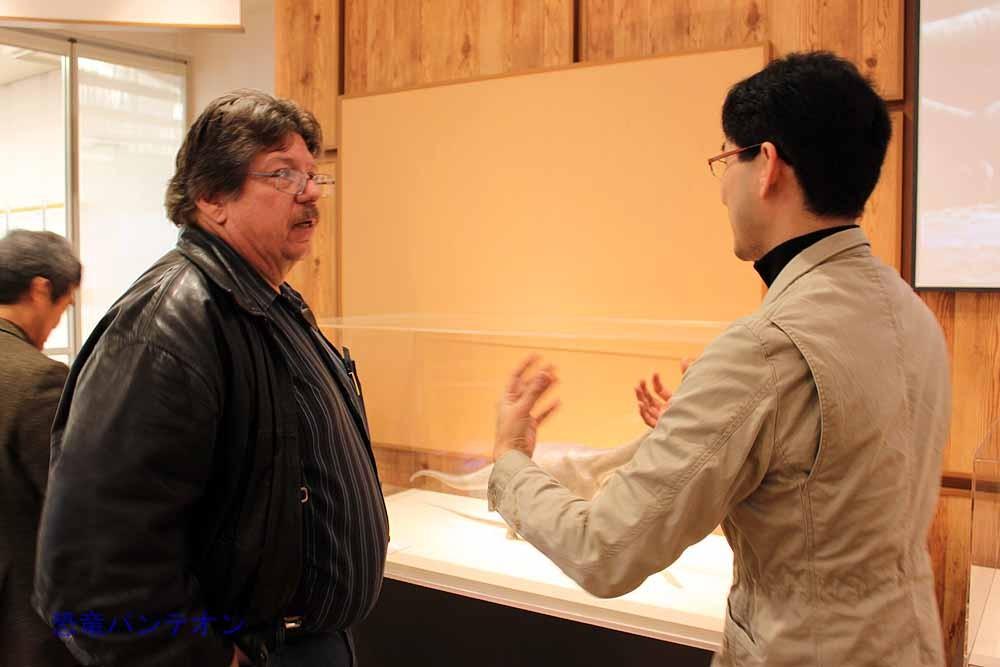 徳川さんがカークランド氏に丹波竜復元の説明をしています。