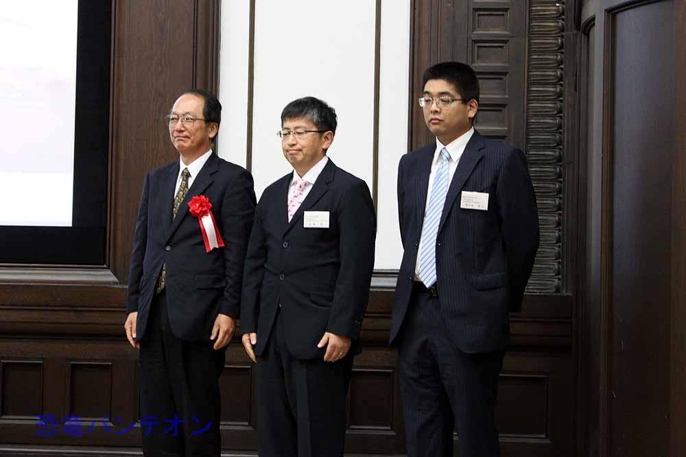左から石垣忍林原自然科学博物館長、真鍋真研究主幹、對比地孝亘専攻講師