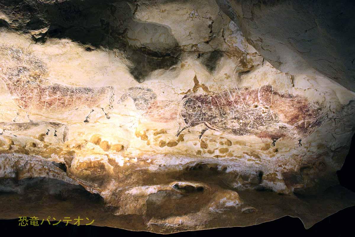 「身廊」ウマの列(左)と褐色のバイソン(右)