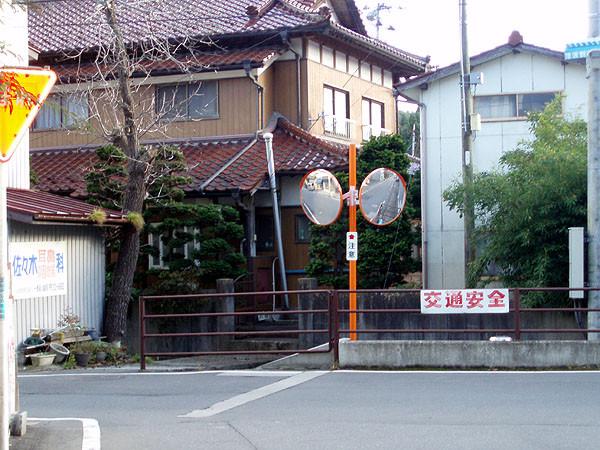 駅から海側に下り、T字路を左に折れる。