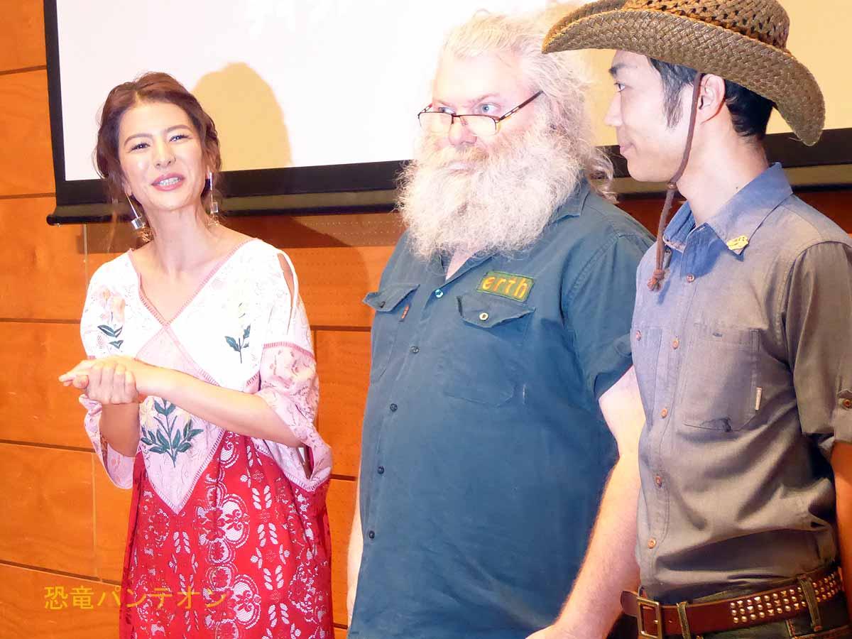 左からママサポーター スザンヌさん、アートディレクター スコット・ライト、サポーター 恐竜くん