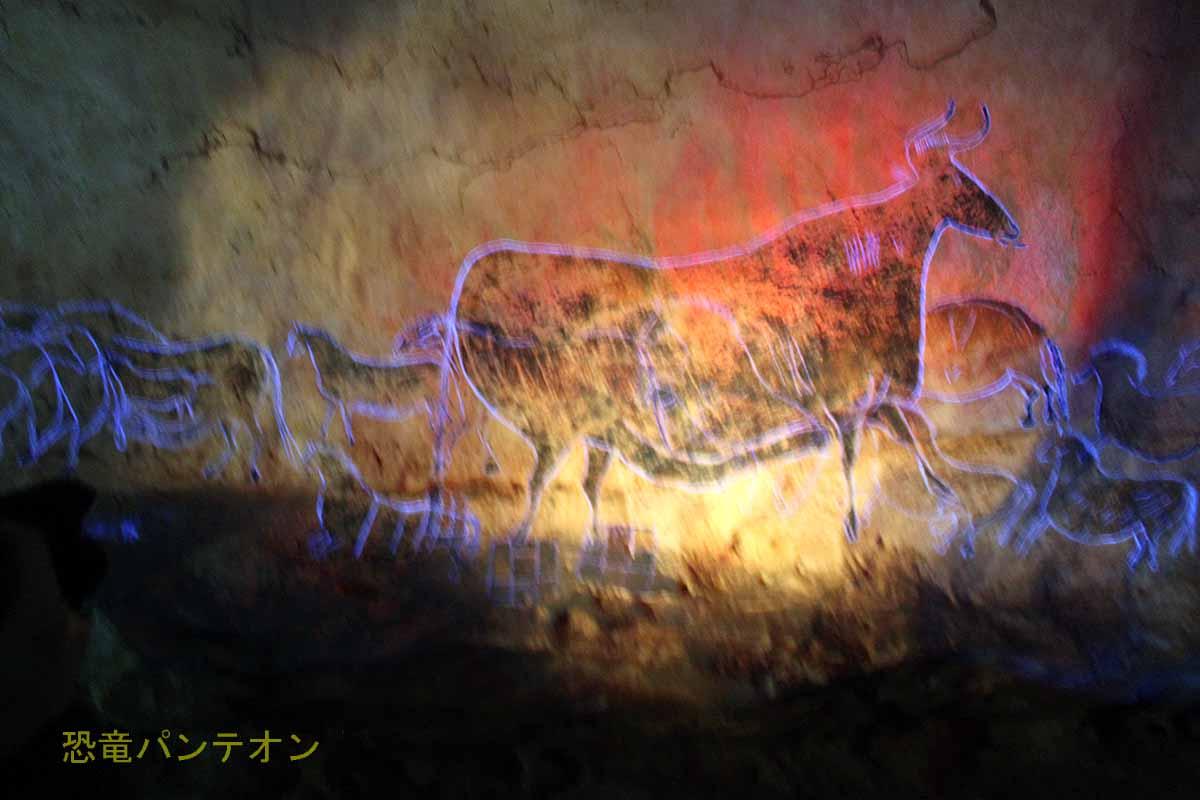 「身廊」大きな黒い牝ウシ 線刻をレーザー光で表示