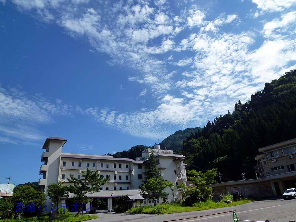 ホテル八鳳の上にも秋の雲が