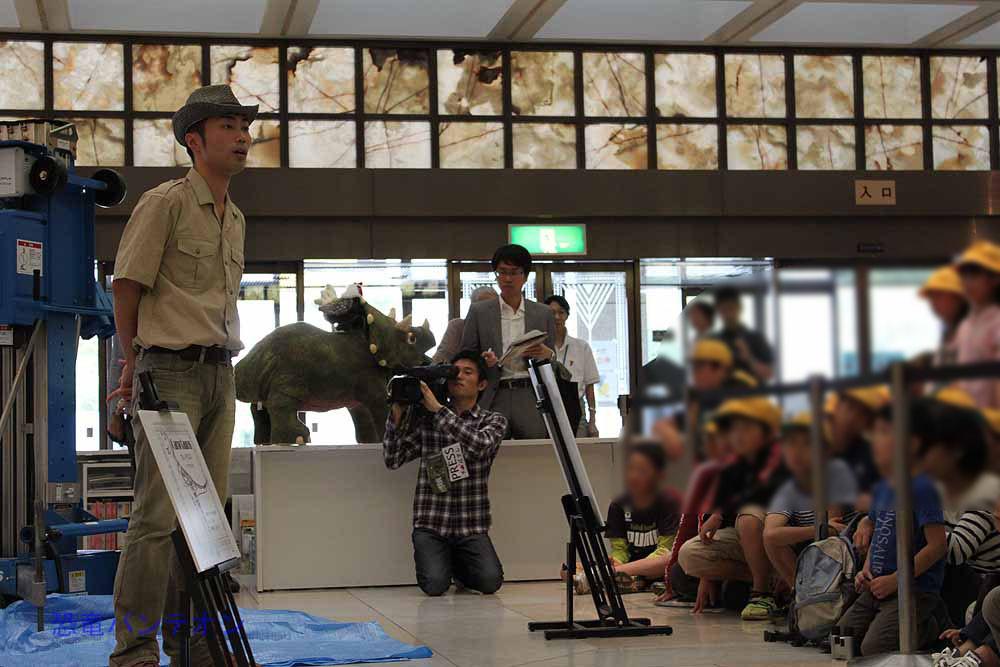 ティラノサウルスの解説をしたり、小学生の質問にわかりやすく答えています。