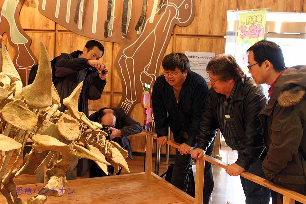 林原自然科学博物館の渡部氏も加わり、ガストニア骨格標本を見ています。