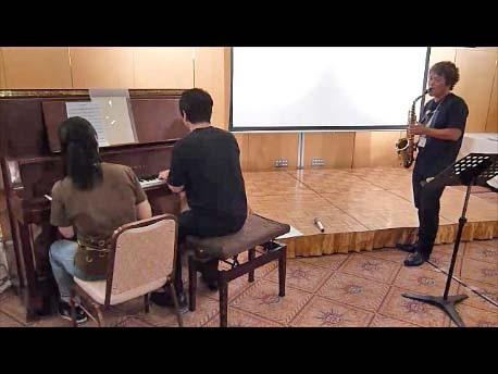 """""""イグアノドン""""の演奏では田村博さんと木村秀子さんがピアノ連弾!"""