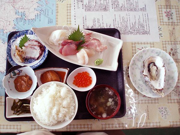 魚竜館一階では食事もできる。刺身定食。