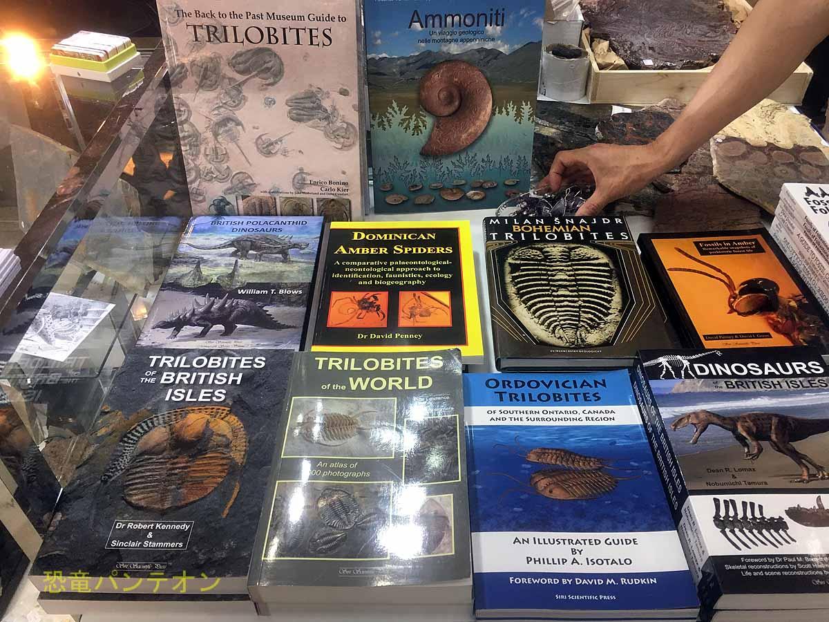 書籍も豊富。出版社の販売価格を円換算した価格なのでお買い得かも