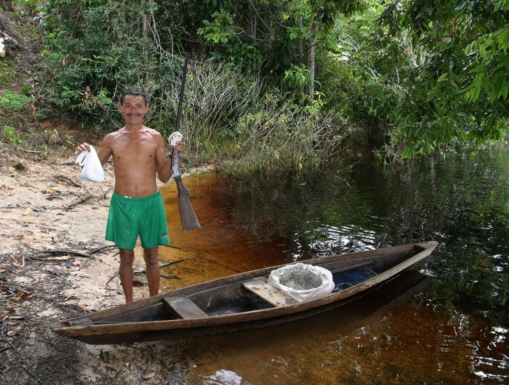 Dieser Führer verdient in der Niederwasserzeit seinen Lebensunterhalt mit dem Fang von Aquarienfischen. Mit seiner Hilfe hofften wir, einige Fische zu finden. Er hatte stets seine Waffe dabei - zum Schutz in der Nacht (im Falle eines Jaguarangriffs).
