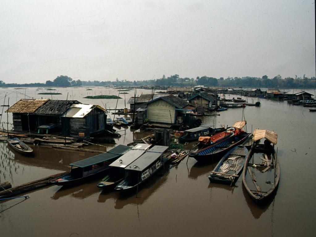 Im Vordergrund ein typisches schwimmendes Fischerdorf.