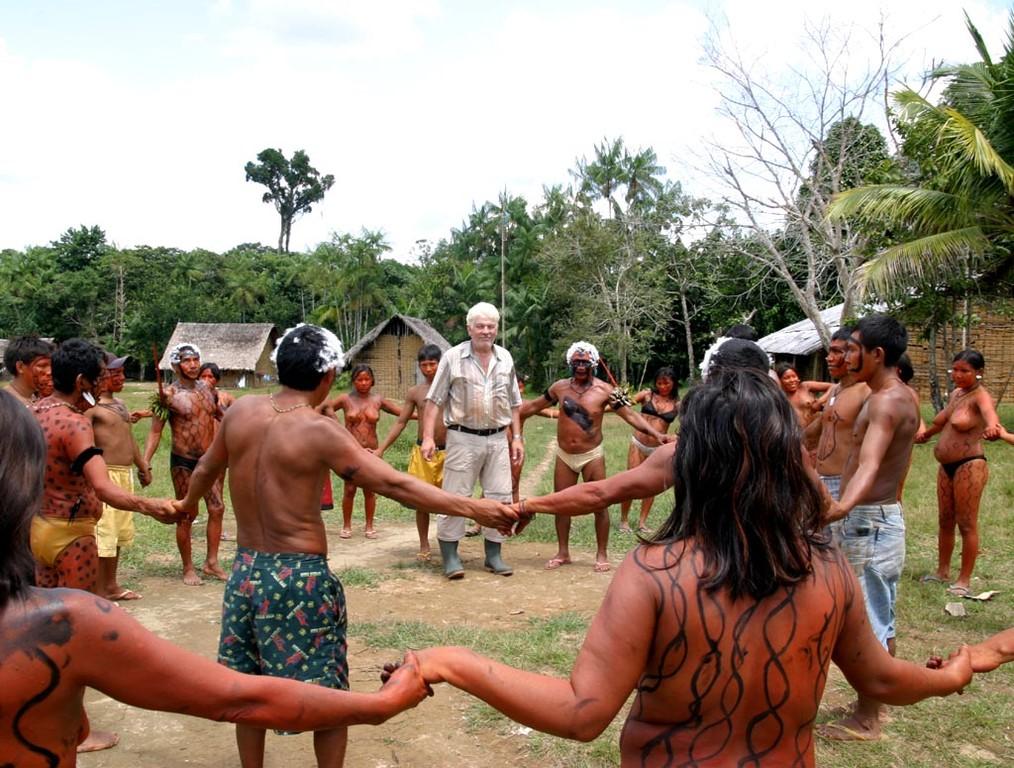 Eine zweite Yanomami-Gruppe macht das Gleiche in die gegenseitige Richtung.