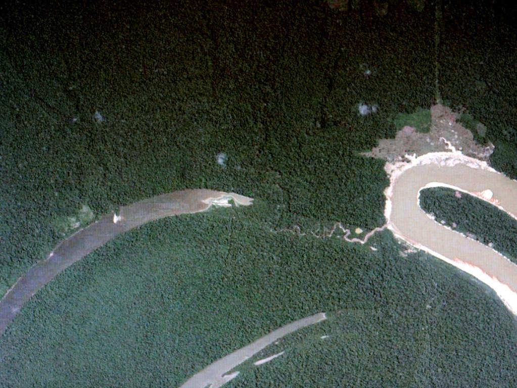 Der Fischfangplatz befindet sich oberhalb der Restwasserschleife links oben im Waldgebiet. Aus höheren Lagen kommt das Wasser in kleinen Bächen zur Restwasserschleife herunter. Bei Niederwasser ist die Zufahrt vom Hauptfluss ausgetrocknet.