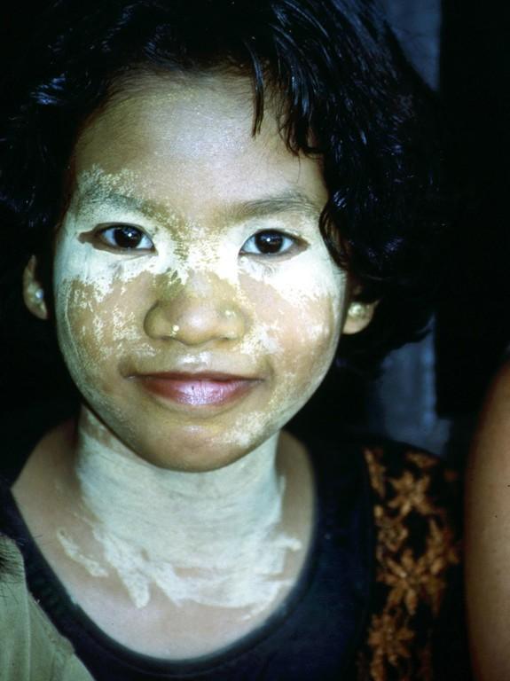 Viele Kutai-Frauen in dieser Region machen sich eine Gesichtsmaske aus Reismehl und Blumenblüten als Hautpflegemittel.