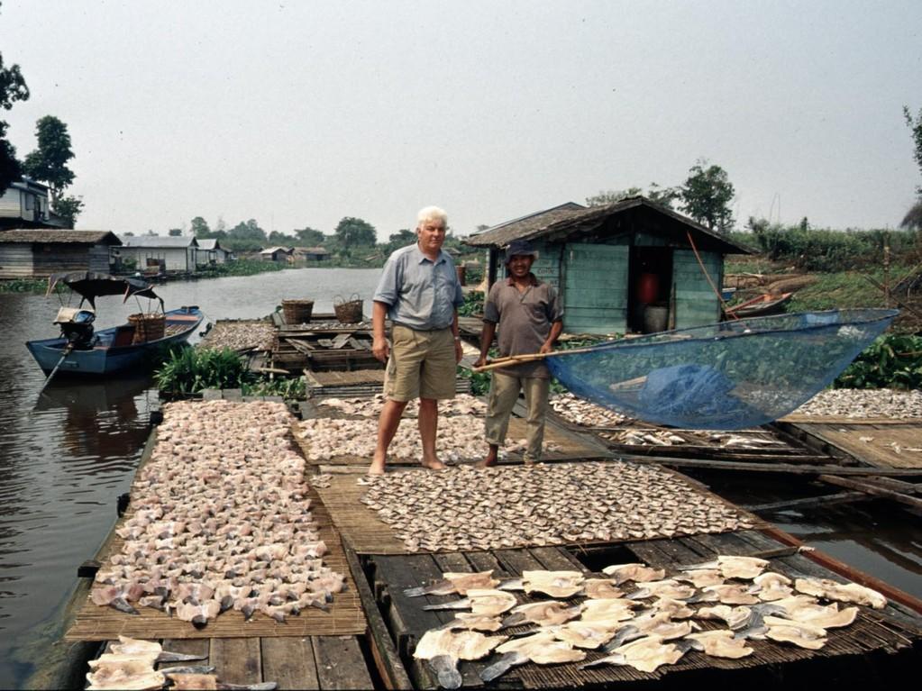 Wir sind in Tanjung John am Jempangsee, hier wird Trockenfisch produziert.