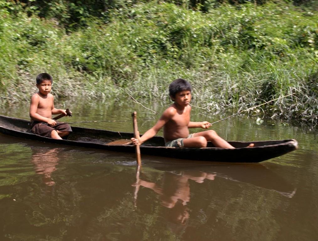 Indianerkinder beim Fischen waren die ersten, die uns begegneten.