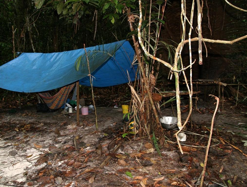 Da hier ein Waldschutzgebiet ist, dürfen die Indios keine Hütte bauen, obwohl sie regelmäßig hier fischen. Sie schlafen bloß unter einer Plane.