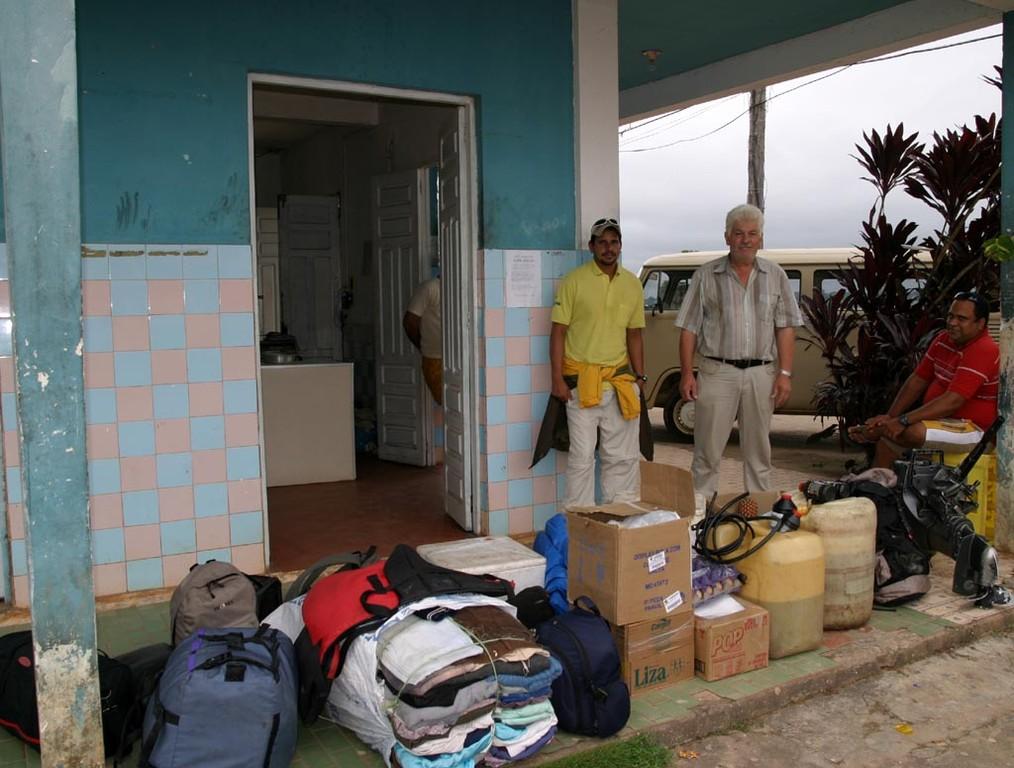 José (links im Bild) organisierte die gesamte Expedition – von der Bewilligung der Behörden bis hin zu den Transporten, dem Proviant, den Booten sowie den Gastgeschenken für die Indios.