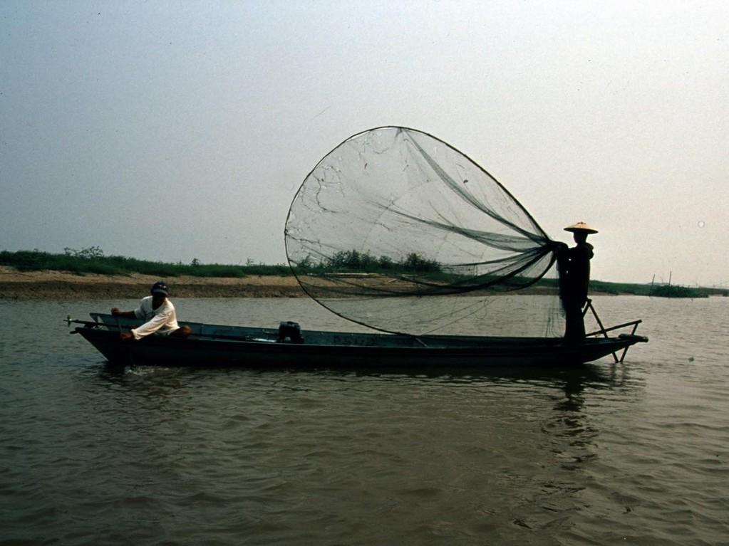 Die Fischer fangen mit diesen Netzen kleine Fische als Futtertiere für große Raubfische, die sie in ihren Dörfern in schwimmenden Holzkästen mästen und lebend verkaufen.