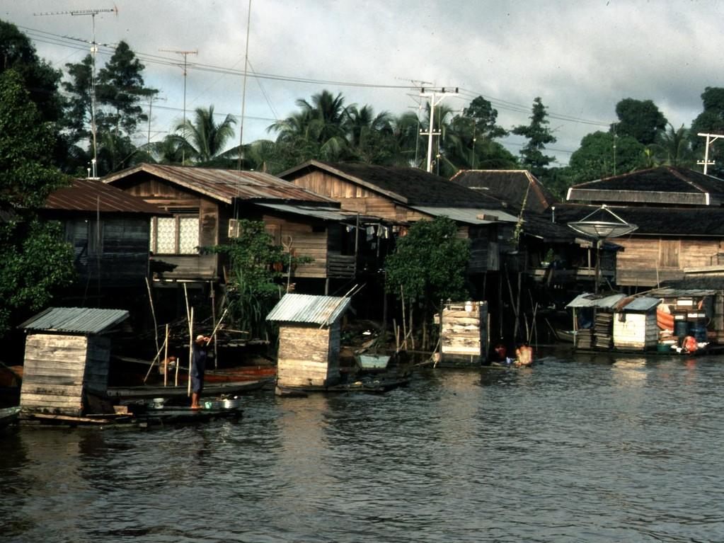 In den Kutaidörfern hat jedes Haus eine eigene Toilette am Fluss. Wir konnten vom Boot aus beobachten, wie ein Dorfbewohner auf der Toilette sitzt und zehn Meter flussabwärts putzte sich sein Nachbar im gleichen Flusswasser die Zähne.