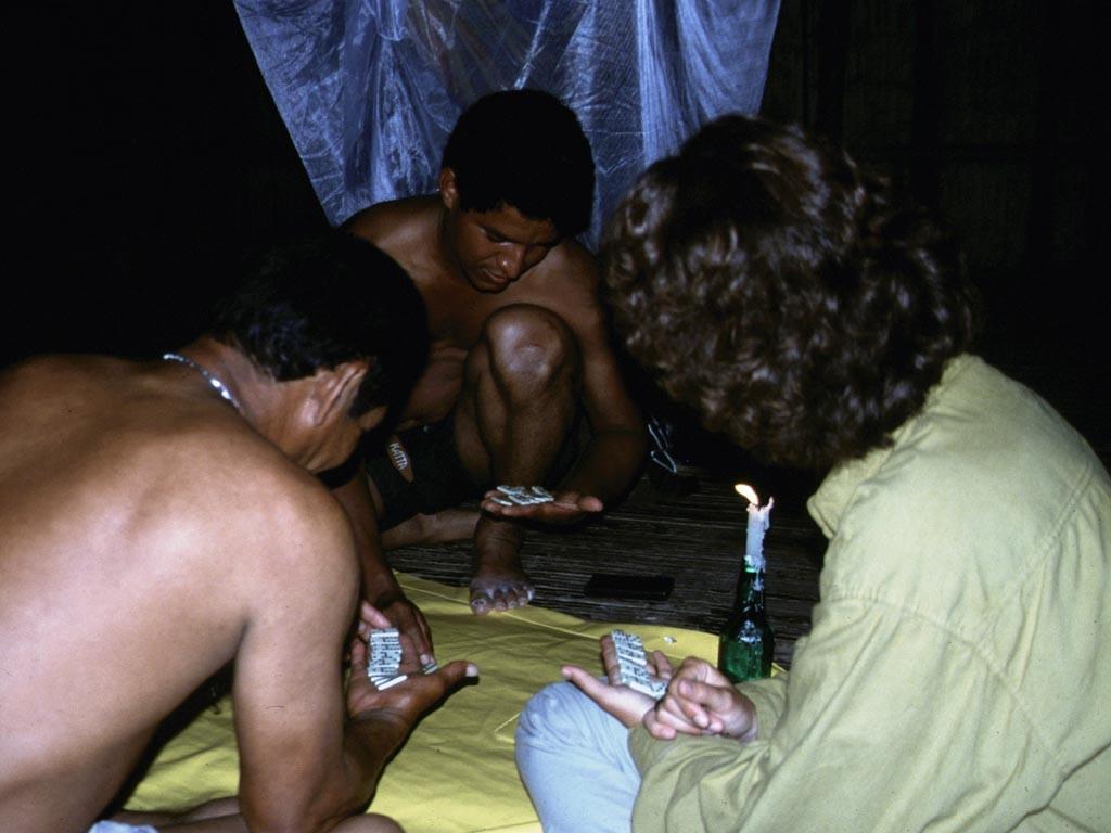 Die Amazonasbewohner lieben das abendliche Dominospiel.