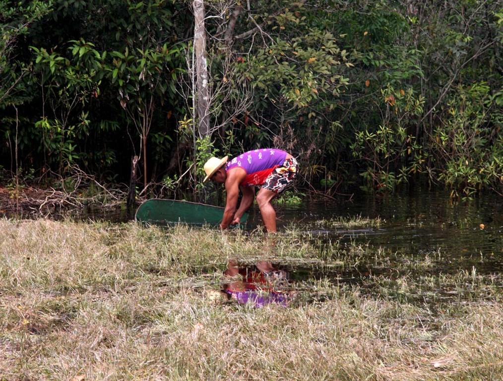 Diese Zwergbuntbarsche werden von den Fischern bei höherem Wasserstand mit Reusen und bei Niederwasser mit dem Kescher am Uferrand gefangen.