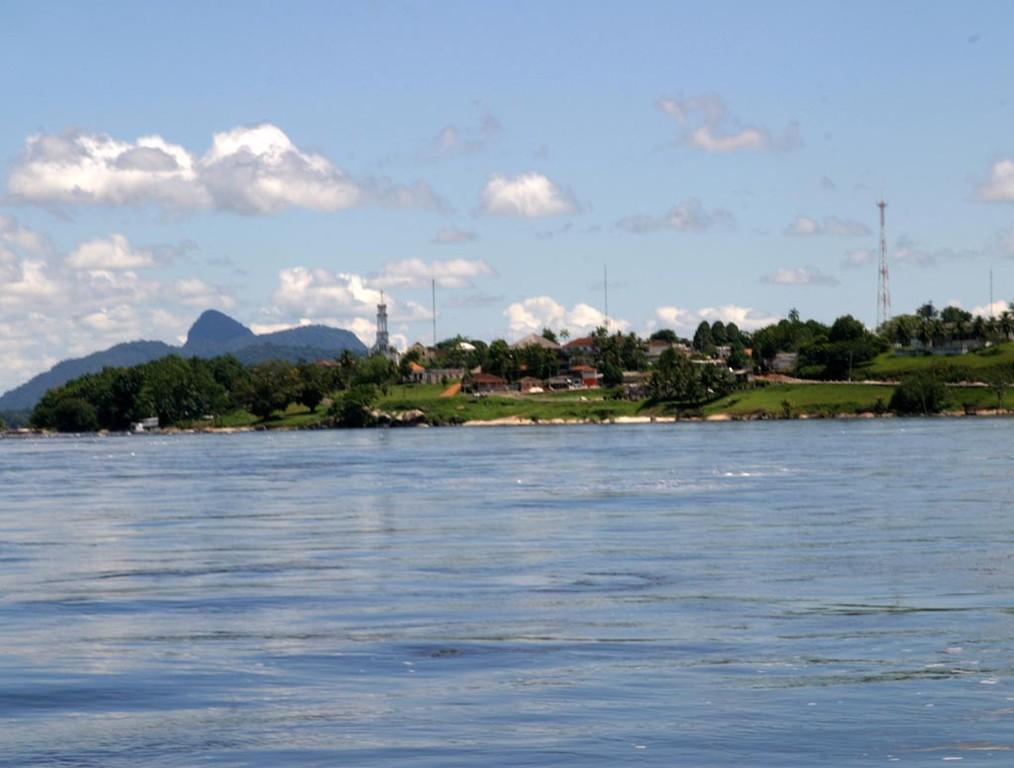 São Gabriel da Cachoeira (Sankt Gabriel am Wasserfall); der Wasserfall befindet sich einen Kilometer unterhalb und ist bei Hochwasser kaum als solcher erkennbar.