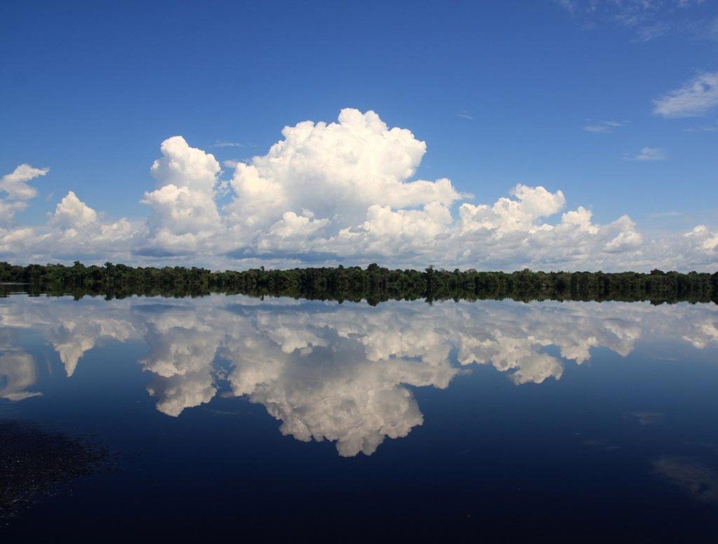 Sechs Stunden Flussfahrt und Wasser, so weit das Auge reicht, die Wälder standen bis zu acht Meter hoch im Wasser.