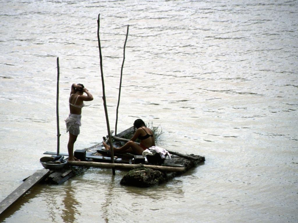 Am Fluss wird das Geschirr und die Wäsche gewaschen und wie hier gebadet.