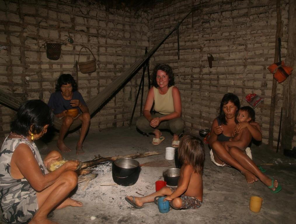 In der Mitte jeder Hütte befindet sich die Feuerstelle, rundum sind Hängematten angebracht.