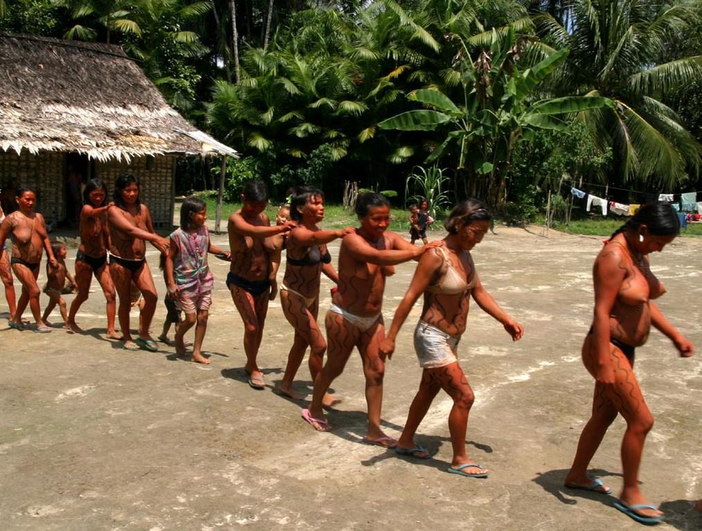 Den Ablauf eines Festes trainiert der Kazike (Häuptling) in regelmäßigen Abständen mit seinen Bewohnern aus sportlichen Gründen, damit ihre Kultur nicht verloren geht. Alle Yanomami haben auch richtig Spaß daran.