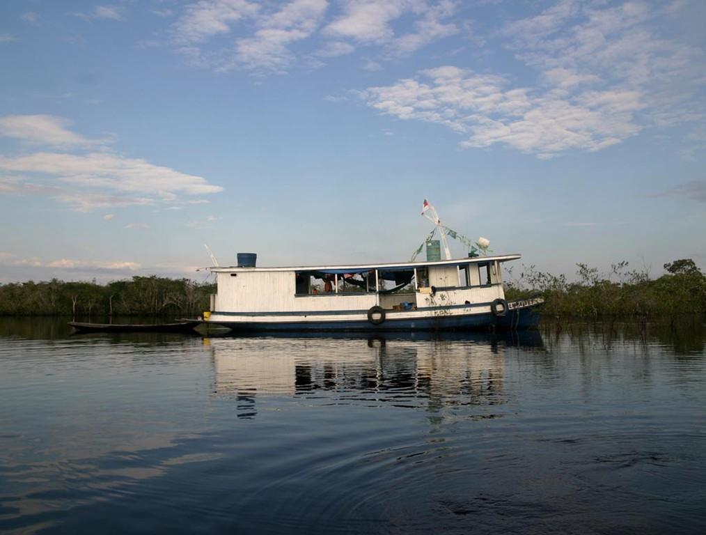 So weit es ging, fuhren wir mit diesem Hausboot ins Fanggebiet der Roten Neons (Paracheirodon axelrodi).