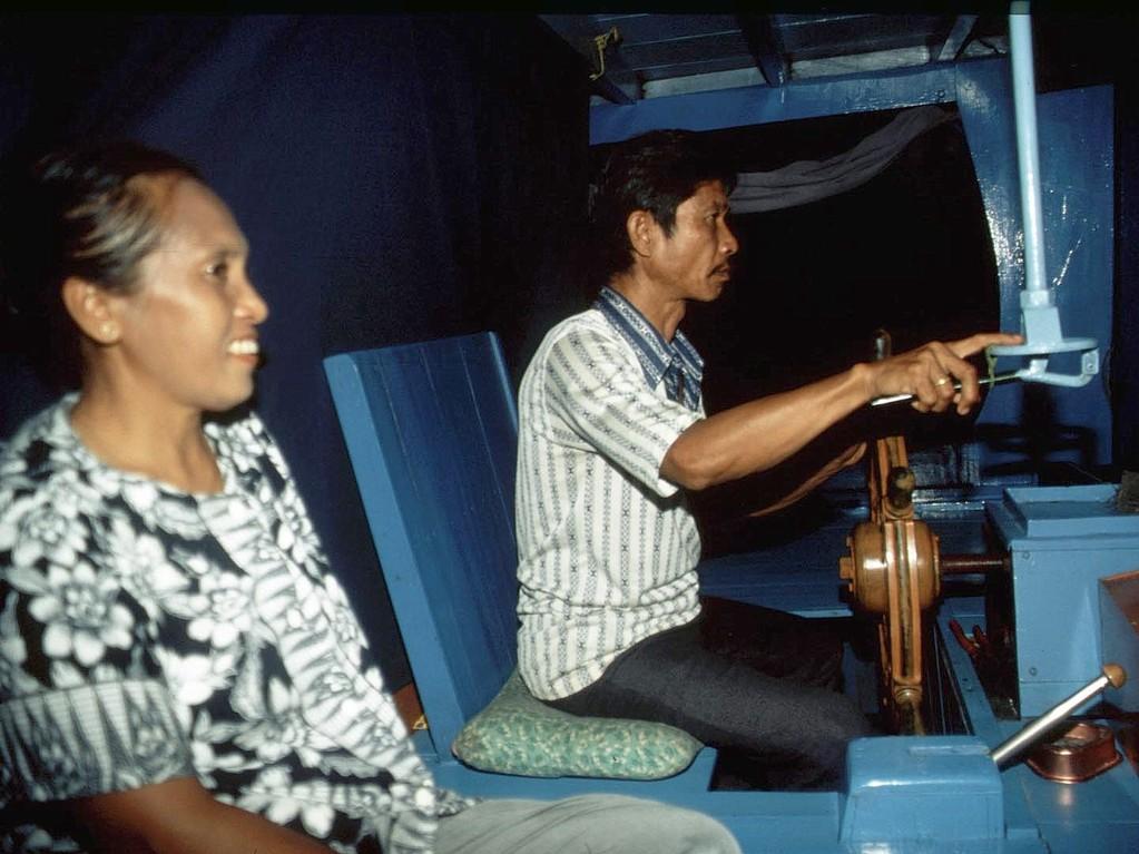 Der Bootsbesitzer und unsere Köchin, die uns mit indonesischer Kost verwöhnte.