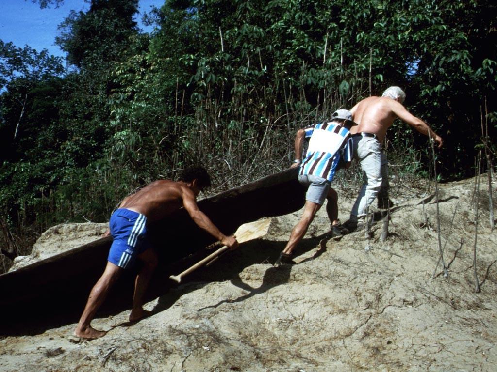 Um zum Fangplatz zu kommen, mussten wir unsere Kanus zuerst einen Kilometer durch den Wald tragen.
