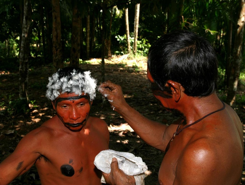 Der Sinn des Federschmuckes bestand einst darin, beim Besuch eines anderen Stammes diesem von weitem anzuzeigen, ob man in friedlicher Absicht kommt oder nicht.