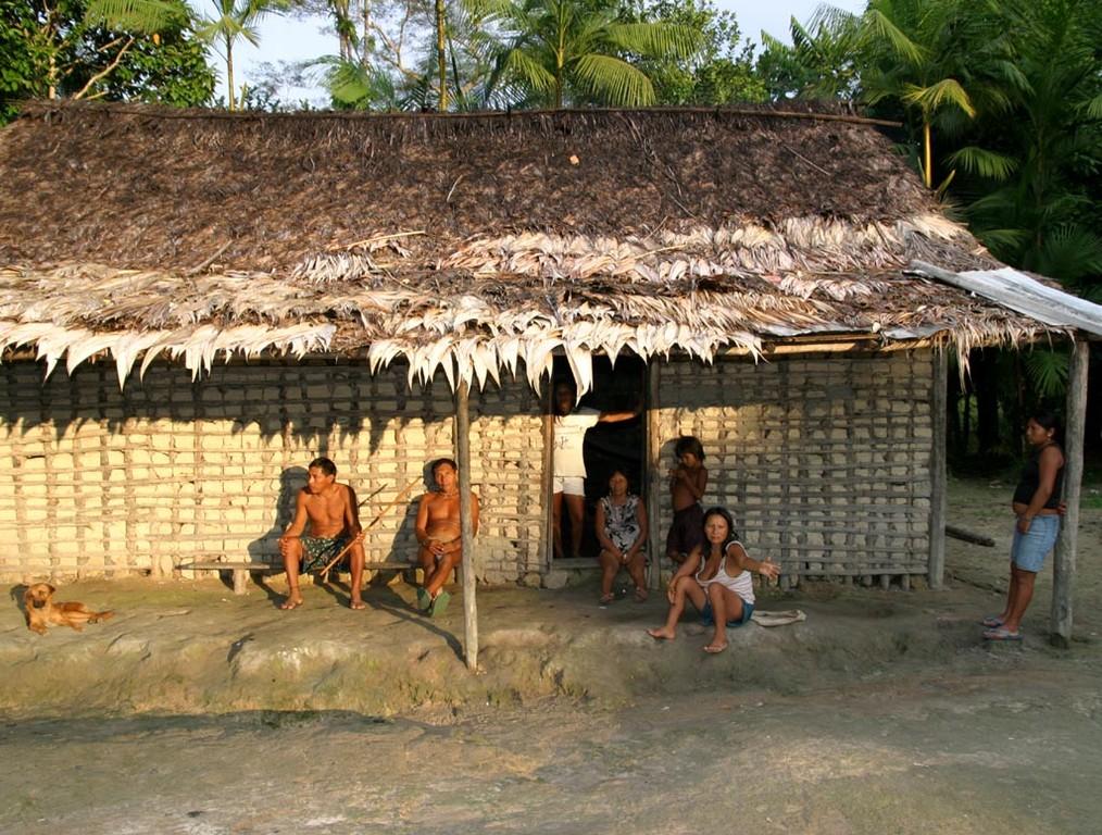 Den Abend verbringen die Familien in gemütlicher Runde unter ihrem Vordach.