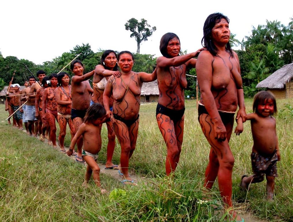 Da die Yanomami früher ein sehr kriegerisches Volk waren, zeigen sie im Schaukampf, wie sie einen Gegner einfangen.