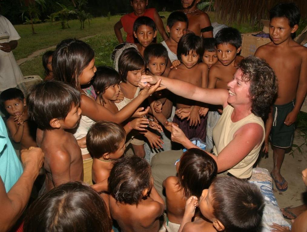 Die jungen Yanomami witterten einen Rucksack voll Süßigkeiten.