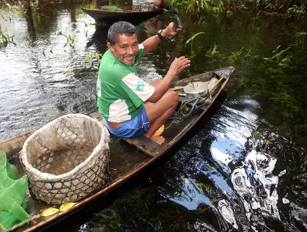 Eudes lebt seit 40 Jahren vom Neonfang, er verbringt sein ganzes Leben in diesem Kanu.