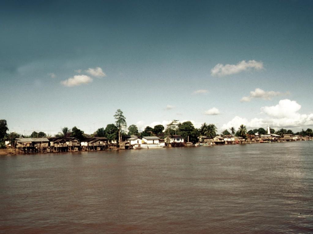 Die Häuser sind alle am Fluss gebaut und dadurch sind die Dörfer oft mehrere Kilometer lang, daher kommen die Ortsnamen wie Longiram oder Long Hubung zustande.