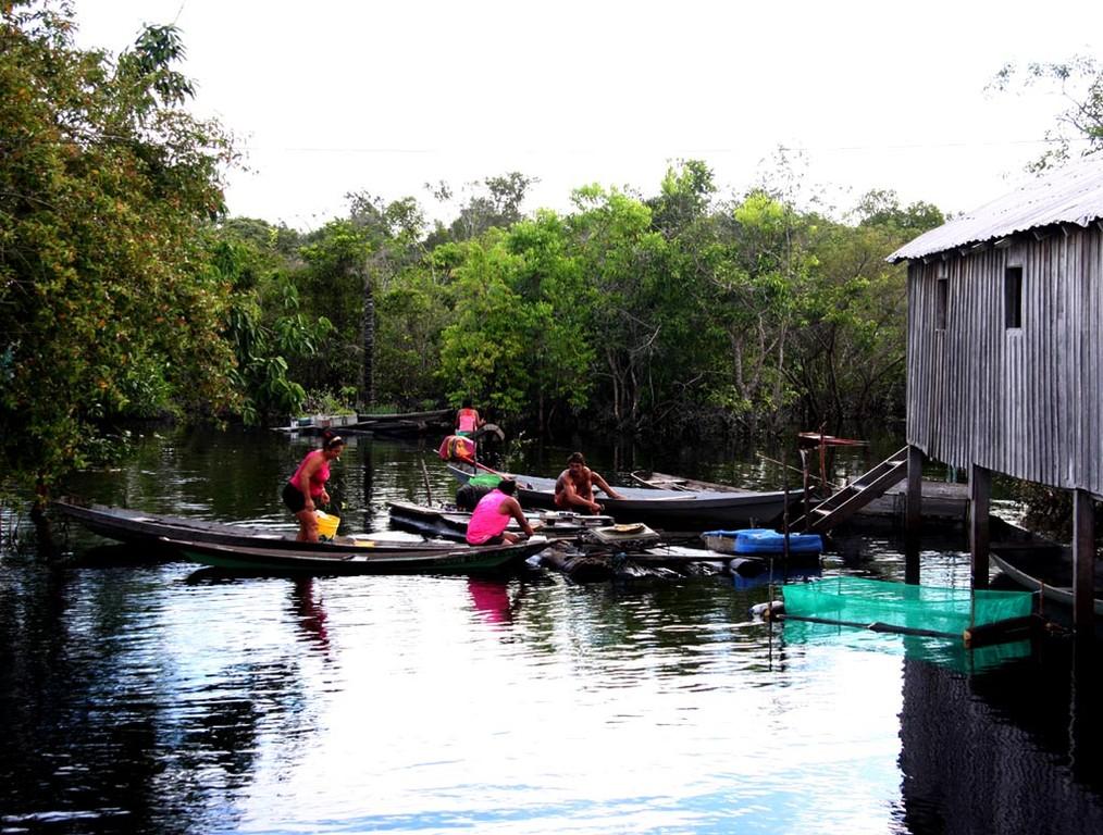 Bei Hochwasser beträgt der Wasserstand unter diesen Häusern bis zu zwei Metern.