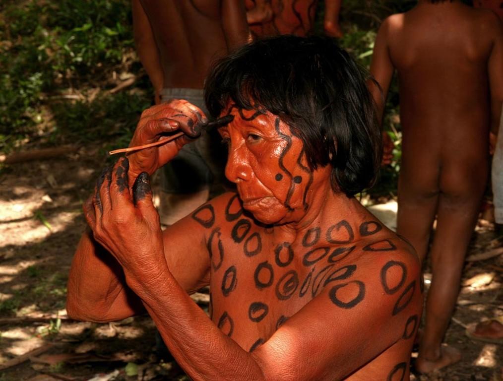 Jeder Yanomami hat sein eigenes Muster. Die schwarze Farbe machen die Indios mit Holzkohle und Tafelöl.