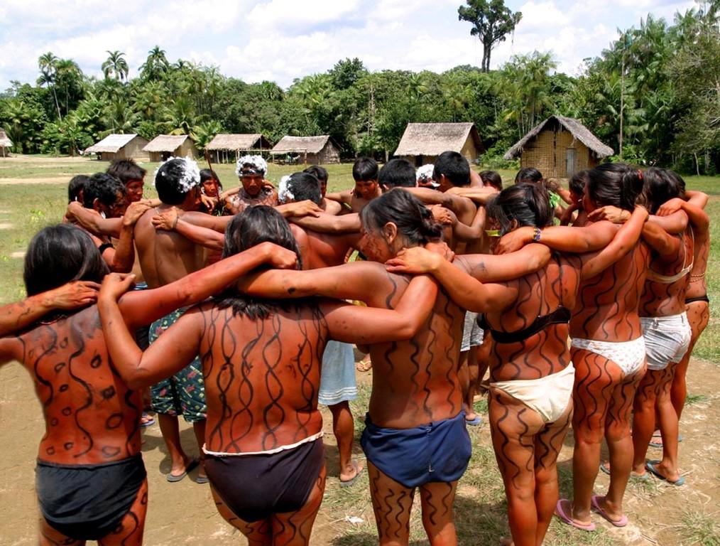 Alles geht so schnell - und im Nu ist man von einer Gruppe von bis zu 50 Indios gefangen.