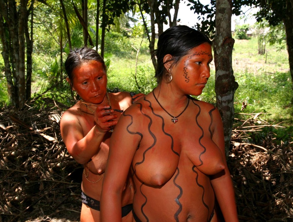 Nach alter Tradition hilft man sich gegenseitig beim Bemalen der Körper.