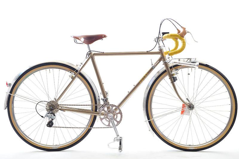 就職して沖縄に配属となったMさんがお店に立ち寄って下さり、「次はいつ来られるかわからないから」と、何とその場でアプレ・スタンダードをご注文下さったのは9月のこと。この度、無事に自転車ができあがり、大きな箱に入って那覇へと運ばれていきました。Mさん、走ってますか〜? シックなカラーリングのなかにも若さが垣間見える色使いとパーツ構成、若いってやっぱり素敵です!