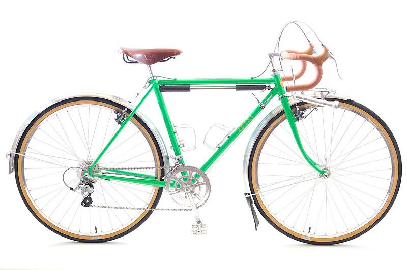 Uさんのツーリング車: アプレ・スタンダードのベーシックな構成に、ヴェロオレンジのマッドフラップや日東のステンレス製ボトルケージなど、いくつかの個性的なオプションをトッピングしたUさんのツーリング車。この若草色は、組み立てる店内を「春~!」な気分にしてくれました。フレームカラーは「わかくさ」。