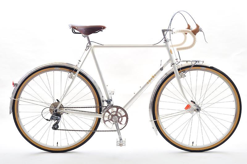 Sさんは身長183cm、スタンダードフレームでは最大の570mmを選んでもステム長が80〜90mmという大ぶりな自転車になりました。写真ではわかりにくいのですが、ホワイトパールゴールドというカッコいい塗装を選ばれました。