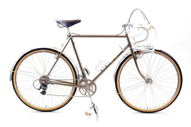 Kさんのツーリング車 :コンセプトは「ダートも思いっ切り楽しめる自転車」。各地に残るダートを楽しめる36B仕様のツーリング車。スタイルはクラシカルに、機能は最新に、というご要望を叶える部品構成が特徴。いくつかのクラシックな部品はオーナーのKさんにお持込いただきました。色は「つちいろ」。
