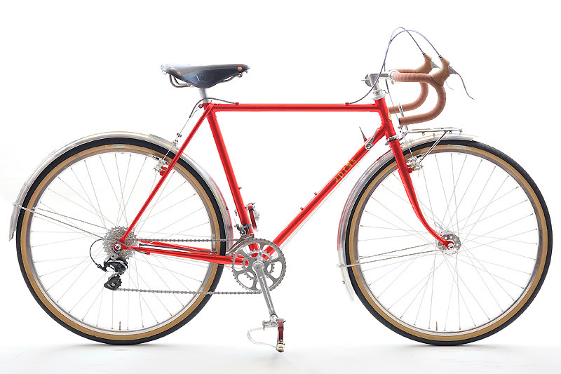 古めの国産ツーリング車をお持ちのAさん、現代風ツーリング車の走りを試してみたいとアプレをご注文いただきました。スタンダードモデルの範囲内での軽量車を目指した結果、10.1kgと軽い自転車に仕上がりました。
